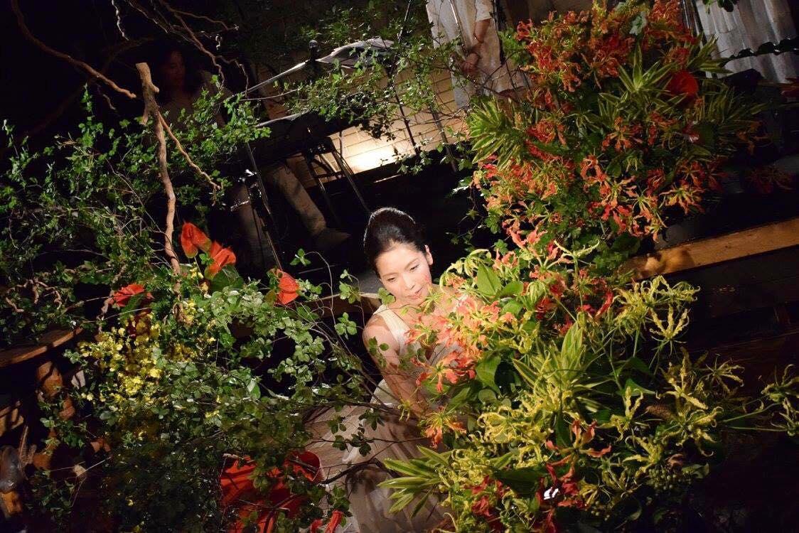 横浜在住のいけばな作家の西澤希生さんによる前回の「花と音楽」の様子