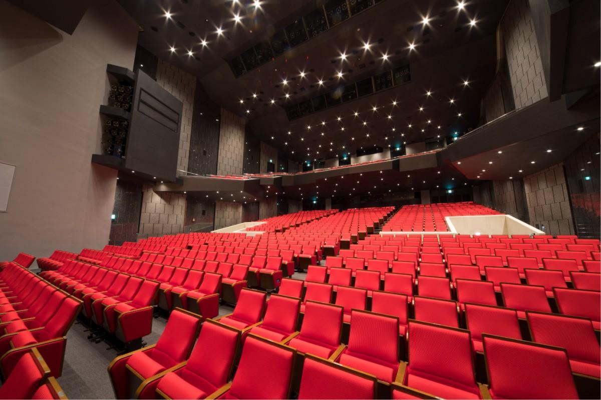 全ての座席を交換して座面も広くなった関内ホールの内観。