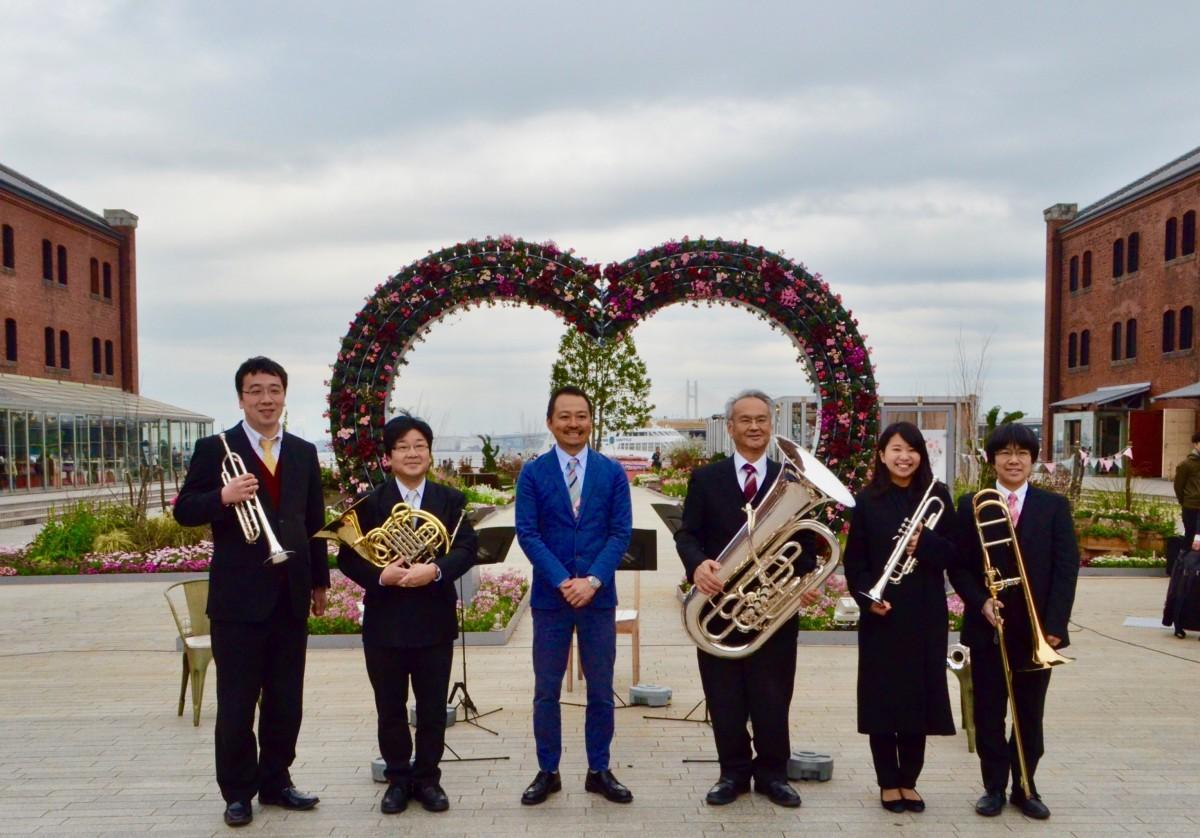 オープニングセレモニーで演奏した神奈川フィルハーモニー管弦楽団メンバーと横浜赤レンガの五十嵐光晴代表取締役