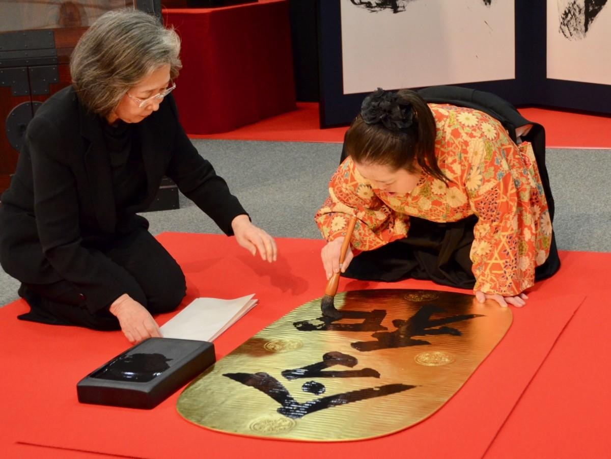 書家・金澤翔子さんによる新元号「令和」の揮毫(きごう)の様子