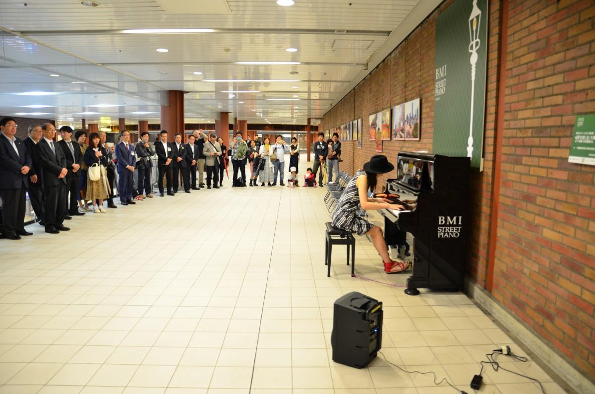 中区出身の木村香恵さんによる弾き初めが行われた。