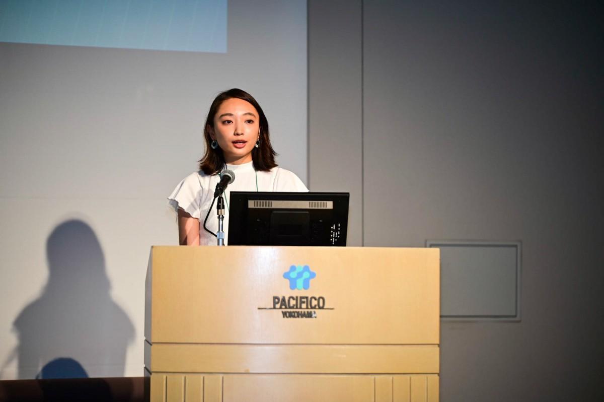 学生代表で決意表明をする横浜市立大学4年生岡本姫佳さん
