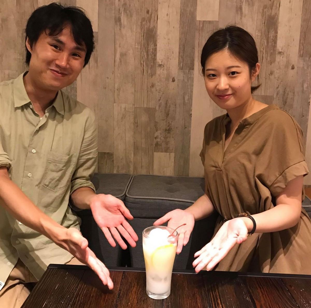 道しるべ代表の小山森生さん(左)