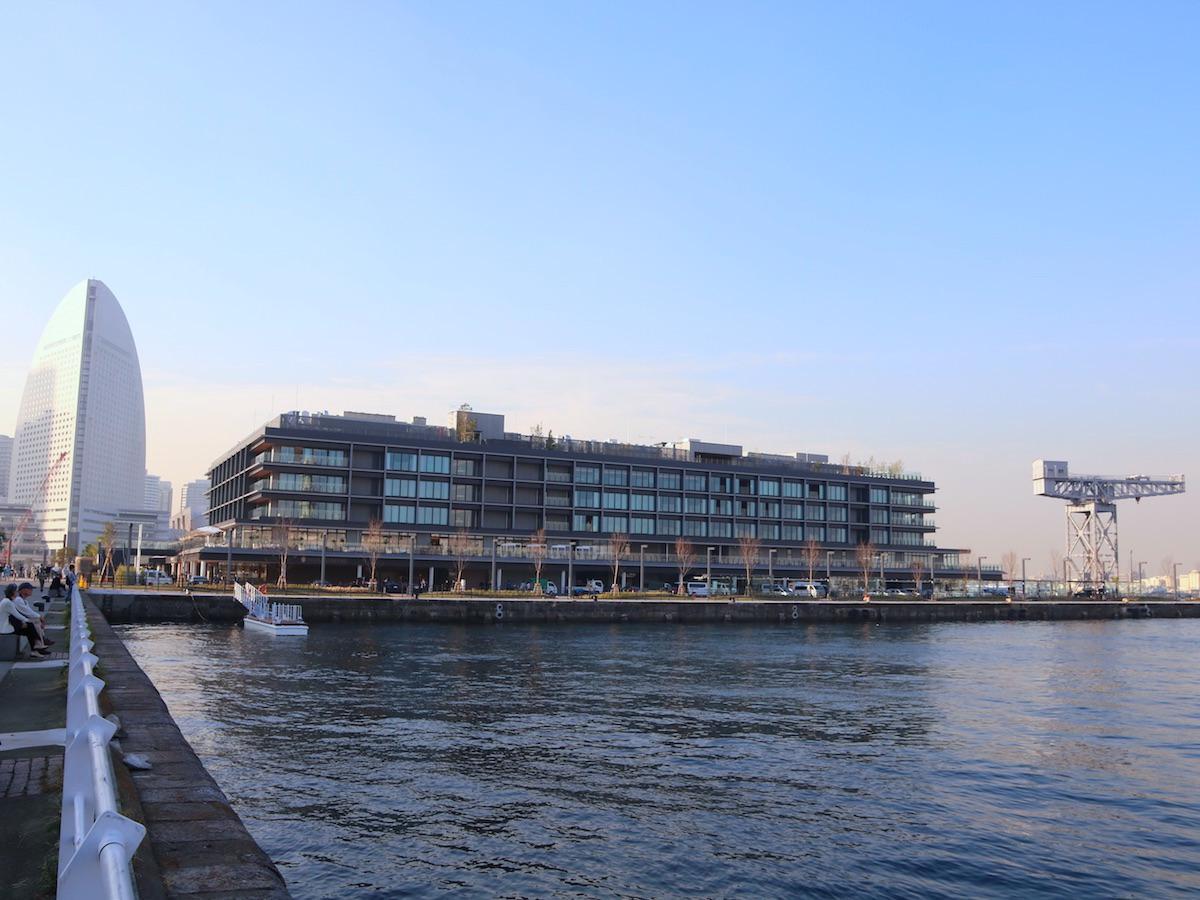 「横浜ハンマーヘッド」施設外観。ふ頭の突堤に整備された「ハンマーヘッドクレーン」が目印