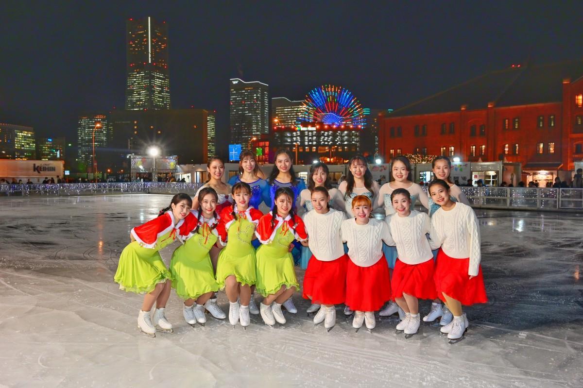「神宮Ice Messengers」が氷上でのシンクロナイズスケーティングを披露。