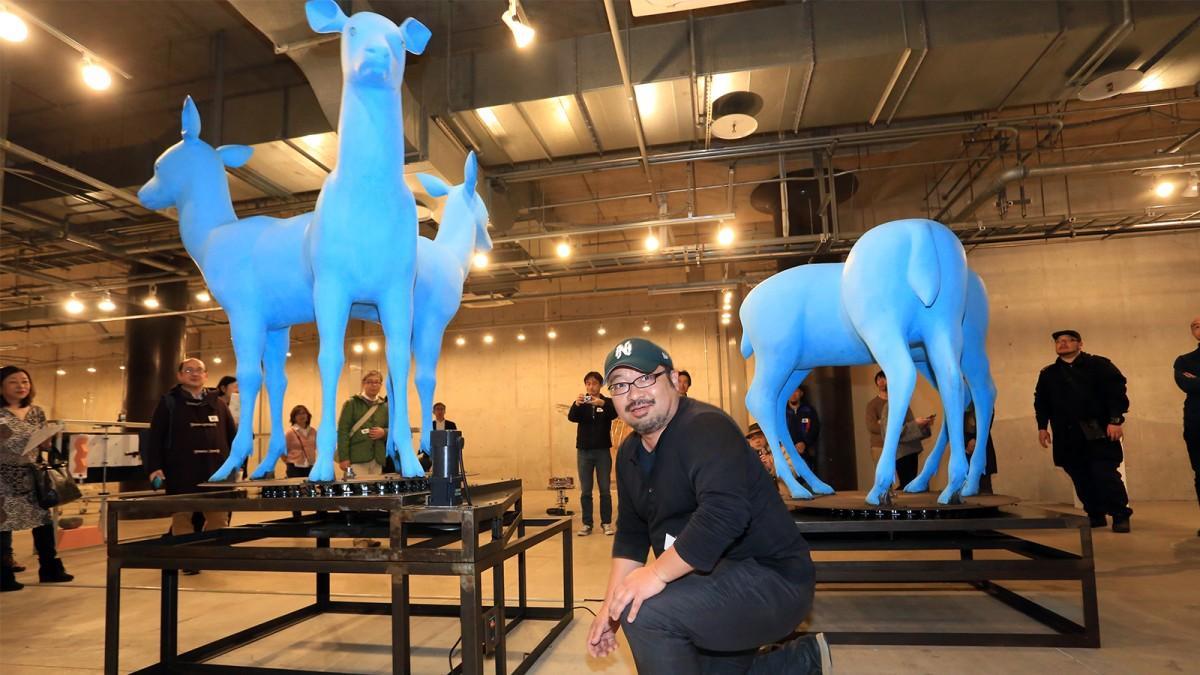 「心ある機械たちagain」展、タムラサトルさん(中央)の作品「回転する3頭の鹿」
