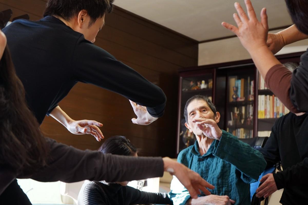 1月5日、陽射しのふりそそぐ自宅の一室で研究生たちと踊る大野慶人さん ©紀あさ