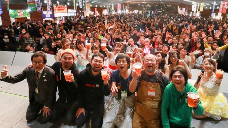 「JAPAN BREWERS CUP 2019」の模様。ステージ上のブルワーと出演者と観客で乾杯