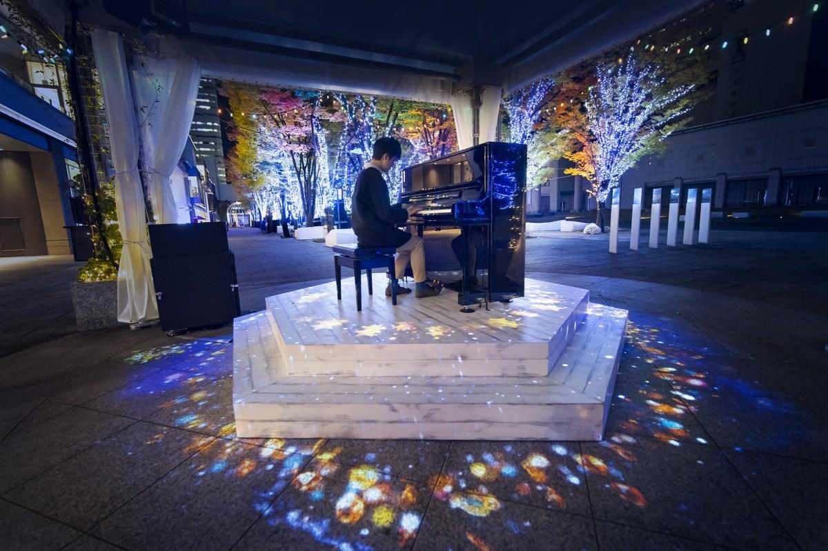 横浜美術館前「美術の広場」、ストリートピアノの演奏に反応するイルミネーションオブジェ