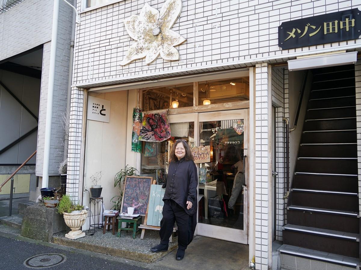 ひらがな商店街アートスペース「と」の前に立つ店主の今井嘉江さん