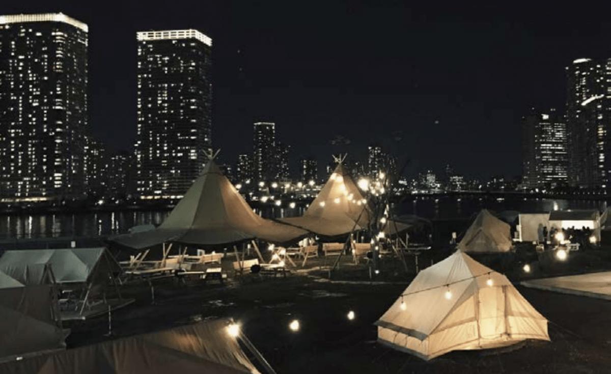 グランピングテント・BBQ設備の夜間のイメージ