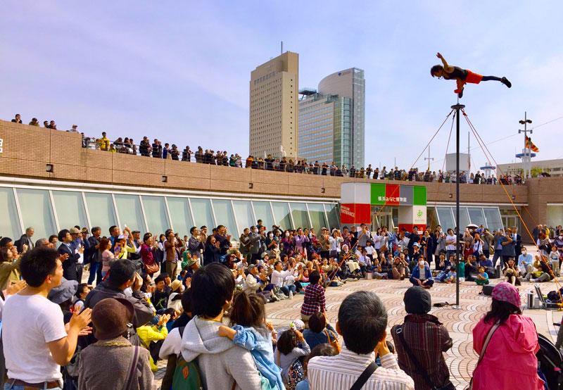 みなとみらい21地区でも開催されるヨコハマ大道芸(2017年)