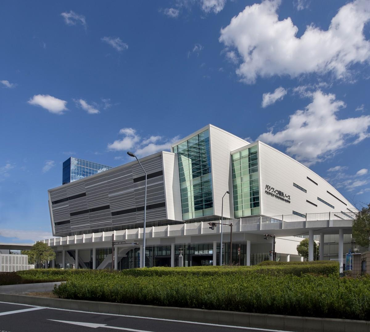 パシフィコ横浜ノース、「汀(みぎわ)」をイメージした外観