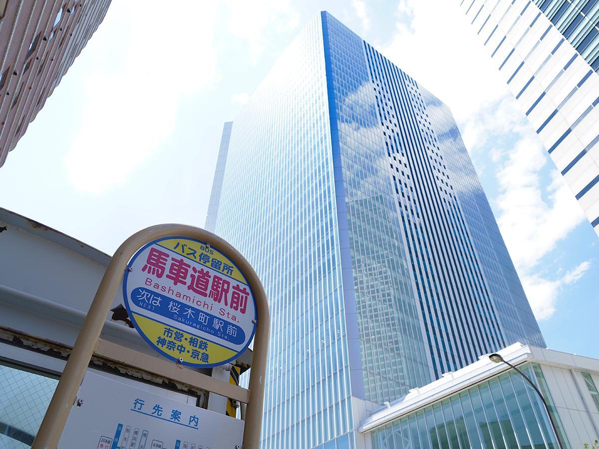 新市庁舎前の「馬車道駅前」バス停は、6月1日から「横浜市役所前」に名称変更する