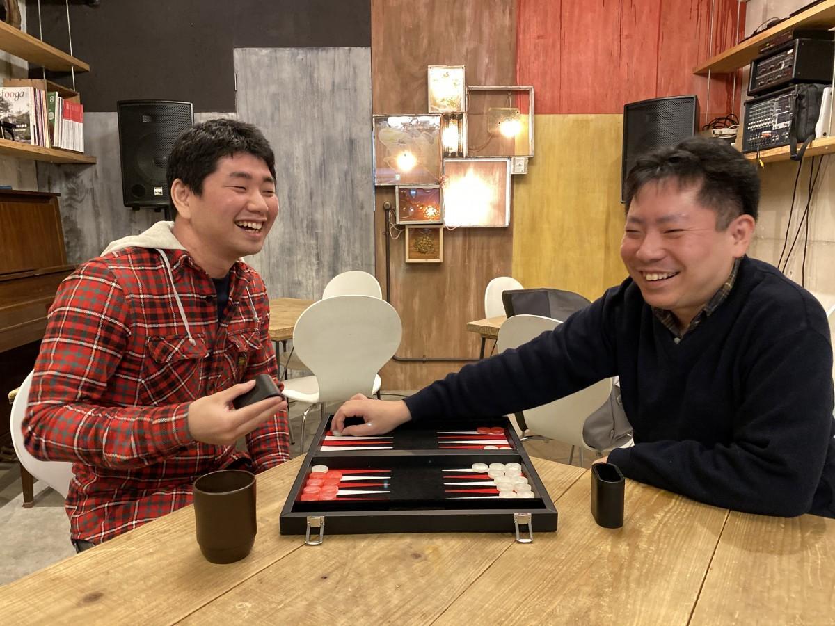 「関内バックギャモンの会」主催の荒井智さん(左)と中路将徳さん