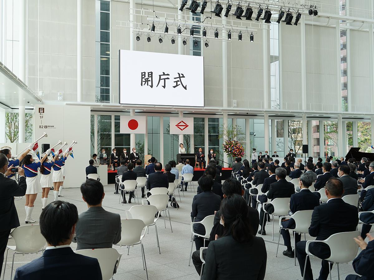 第30~32代市長の林文子さんによる開庁宣言