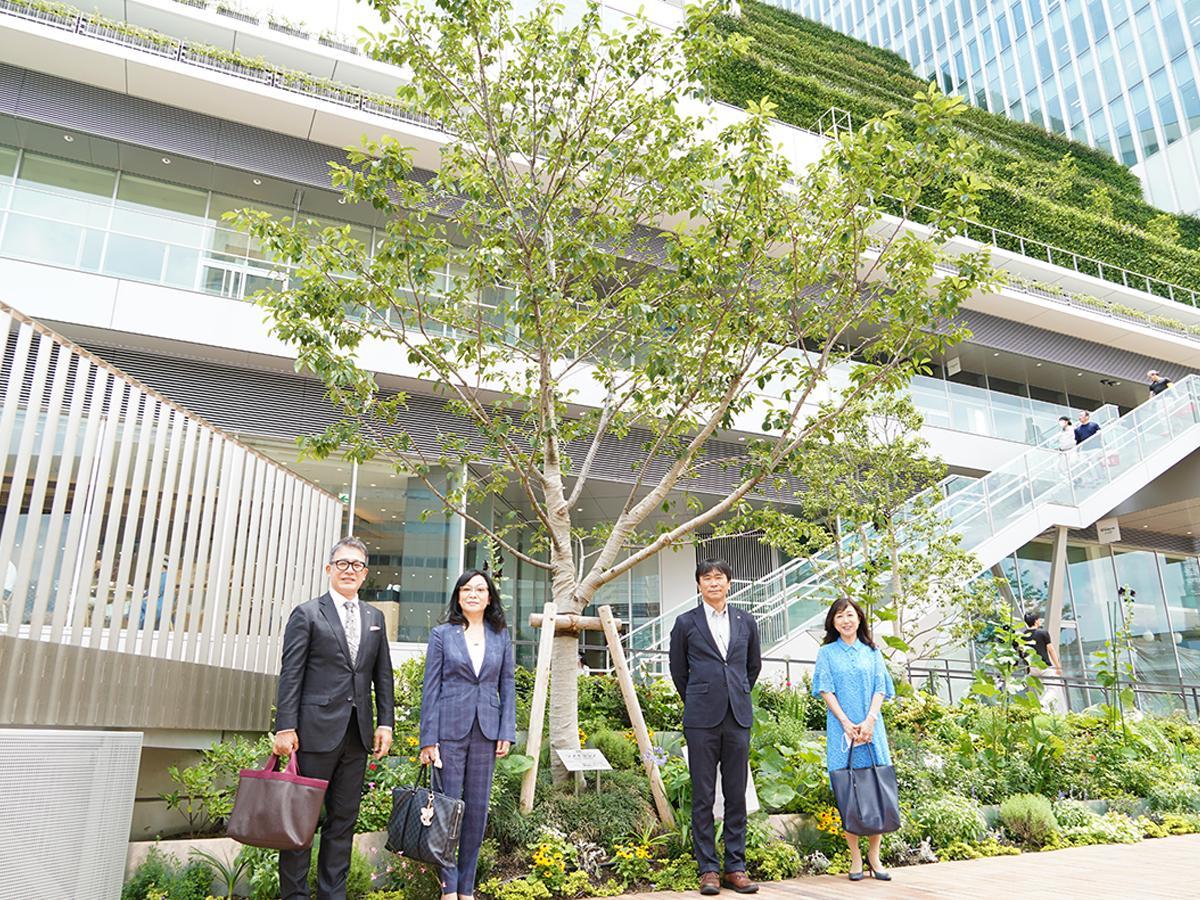 62期会長谷川公一さん、61期会長の大野睦子さん、幹事船木拓志さん、吉備カヨさん(左から)