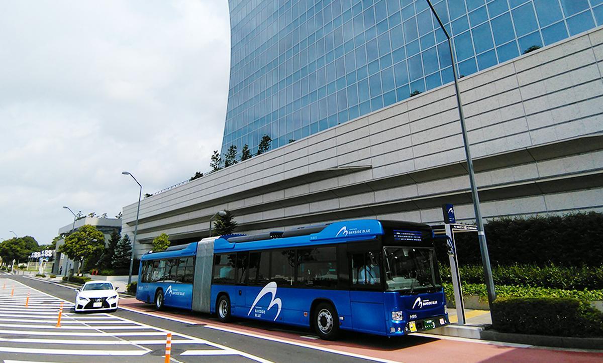パシフィコ横浜ノース停留所に停車中。停留所のデザインも車両と調和、都市景観にも配慮した。