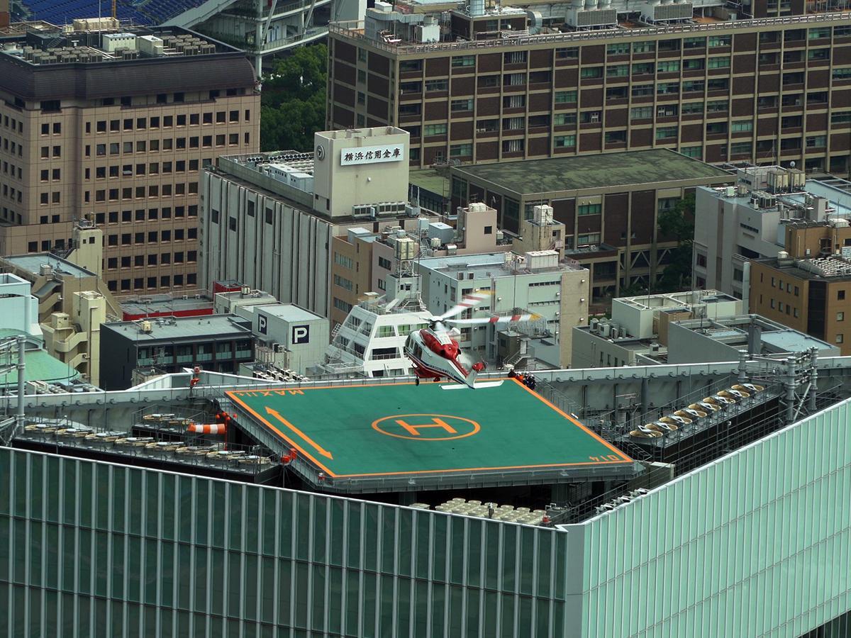 新市役所屋上の場外離着陸場での離着陸訓練(横浜ランドマークタワー「スカイガーデン」で撮影)