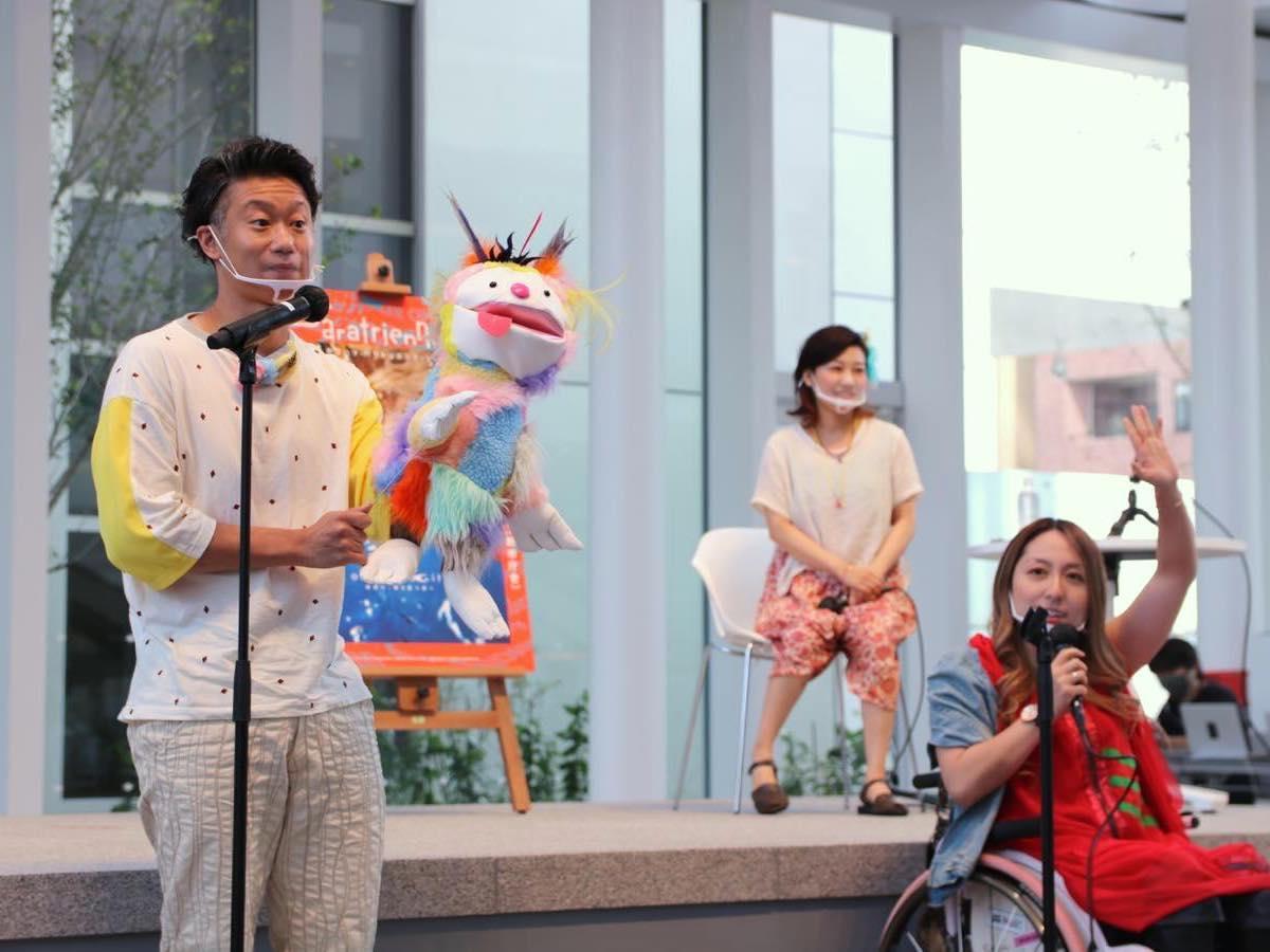 「パラトリテレビ」ナビゲーターの車椅子インフルエンサー・中嶋涼子さん(右)、パペット話者の熊谷拓明さん(左)、総合ディレクターの栗栖良依さん(奥)