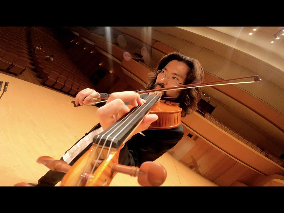 バイオリンに取り付けた小型カメラによる演奏動画