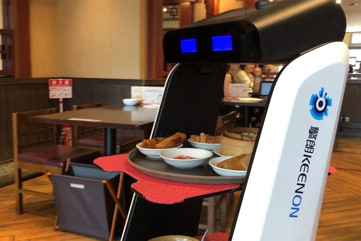 「招福門横浜本店」で自動配膳ロボット「T5」が配膳を行う様子