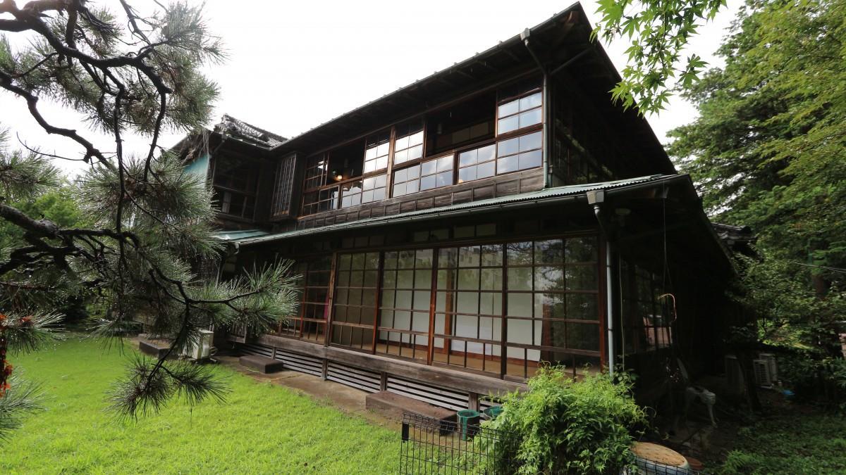 木造2階建て、入母屋造り(いりもやづくり)、2004(平成16)年に国登録有形文化財に登録