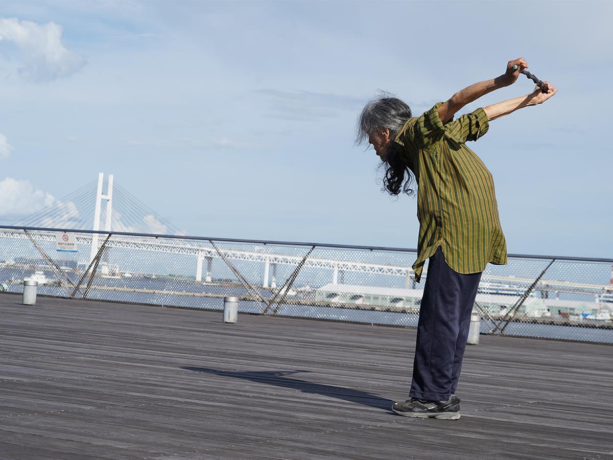9月に大さん橋を下見して、体を動かすギリヤークさん。「場の空気はこういう感じなんだね」