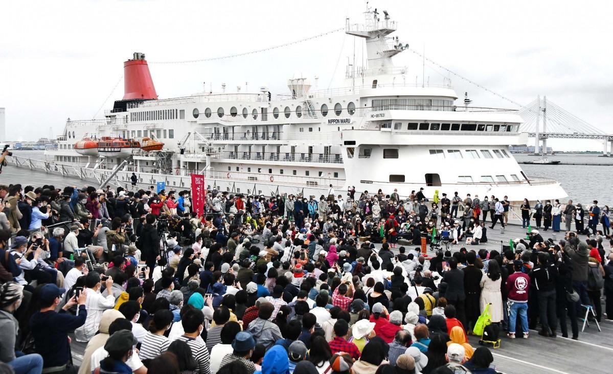 日本丸が停泊する横浜港を背に踊る。背景にはベイブリッジや大黒ふ頭があった。
