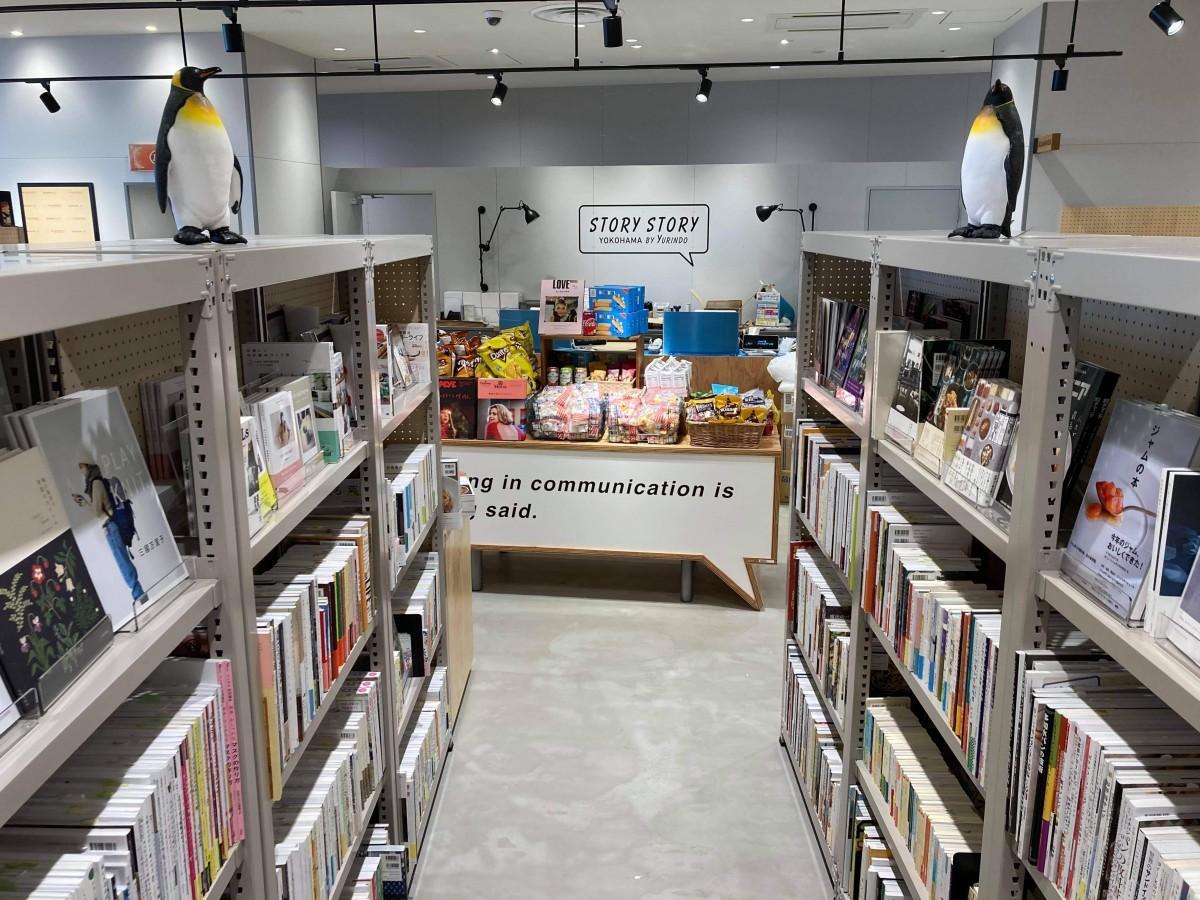 店内にはペンギンの置物、棚の上や冷蔵庫の下など至る所にある。ペンギンを含め店内にあるものは、ほとんど全てが購入可能。