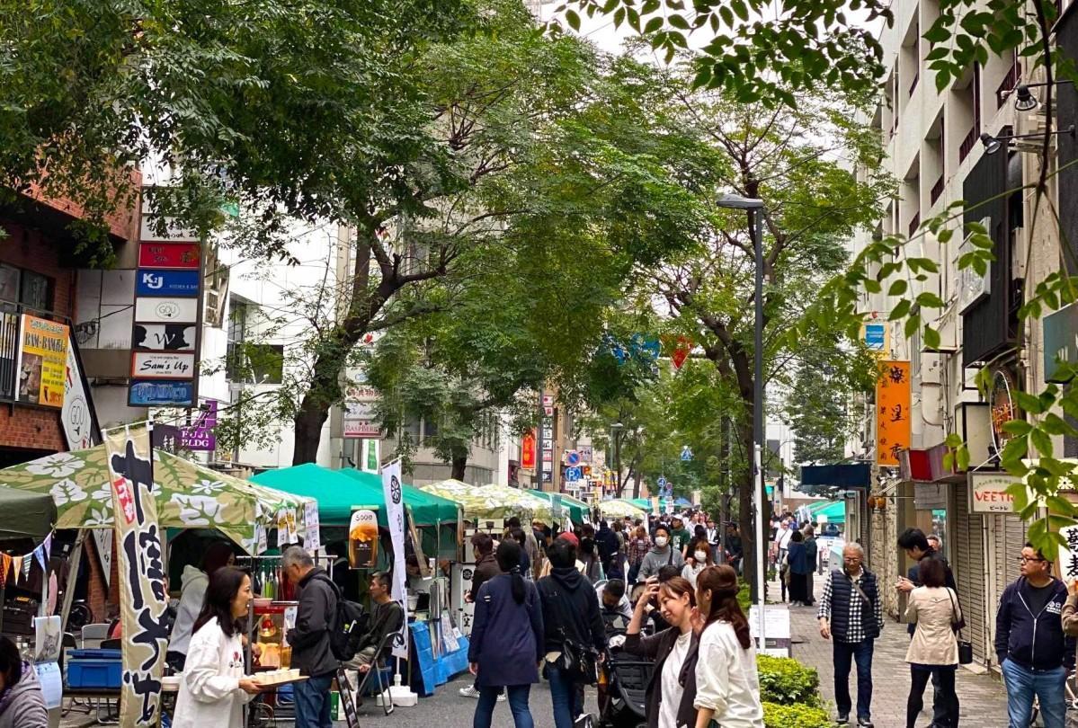 弁天通りは通行止めになり路上に関内地区の飲食店が出店する