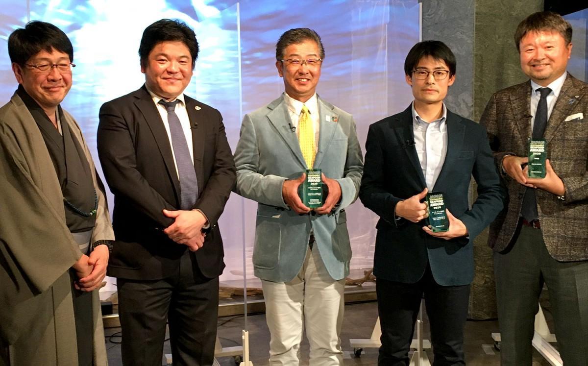「第2回ジャパン・サステナブルシーフード・アワード」の受賞者。向かって右から2人目が杵島弘晃さん。「持続可能な海を将来世代に残すため、様々な取り組みを推進していきたい」と話す。