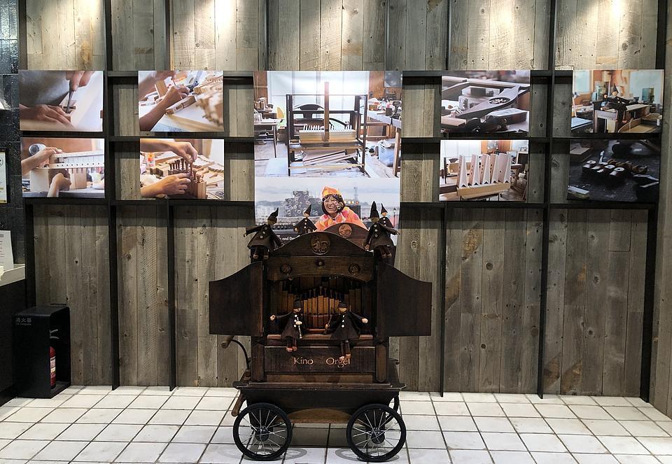 手回しオルガンの演奏会は、オルガン製作途中の様子を記録した写真の前がステージになる。写真展のタイトルは「風のオルガン製作所」
