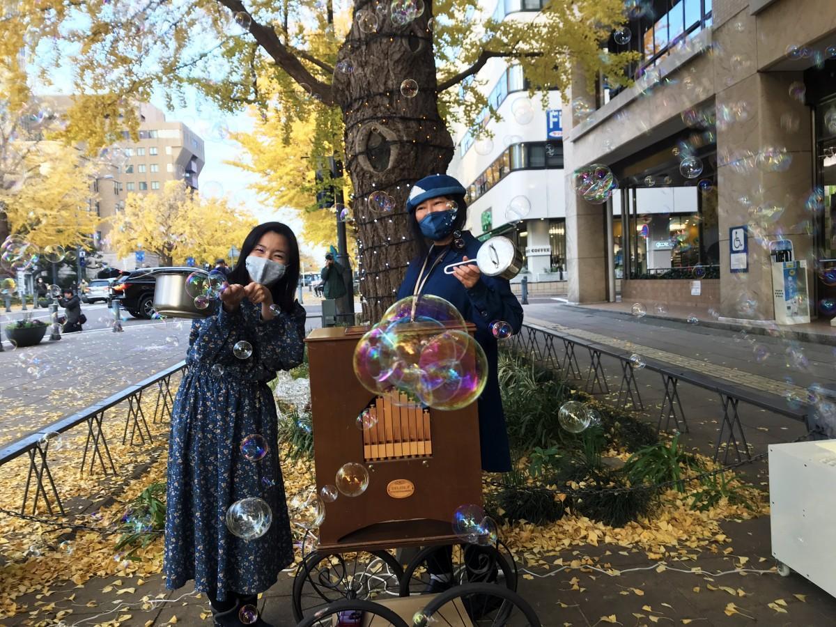 鍋を手にする「てまわしオルガンKINO」さんと、Kosha33ライフデザインラボの船本由佳さん。イベントにはBP、神奈川県住宅供給公社、Kosha33ライフデザインラボ、おでんシスターズが協力し、横浜市が後援する。