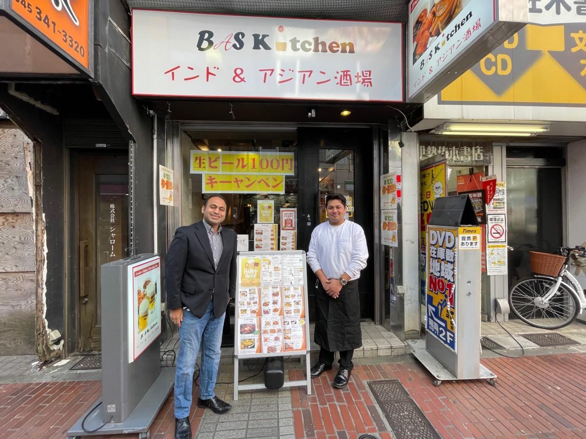 オーナーのバスネット G・クマールさん(左)と、店長のアディカーリ・ラフールさん。