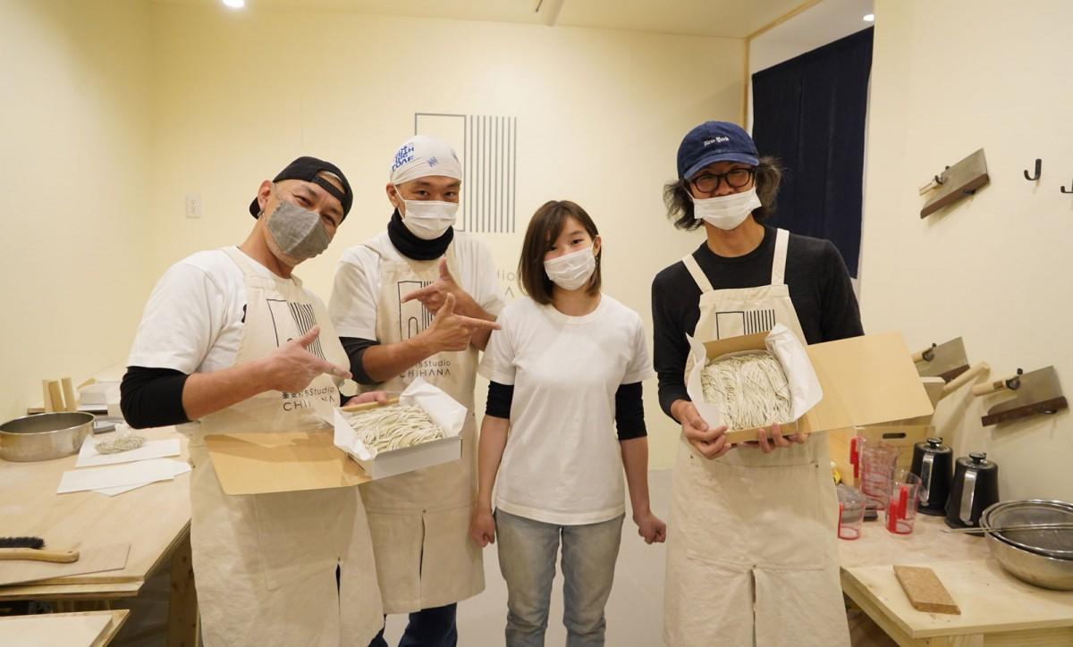 向かって左から、広報の柳澤史樹さん、店主の鈴木智也さん、一番弟子の小宮山優麻南さん、受講生