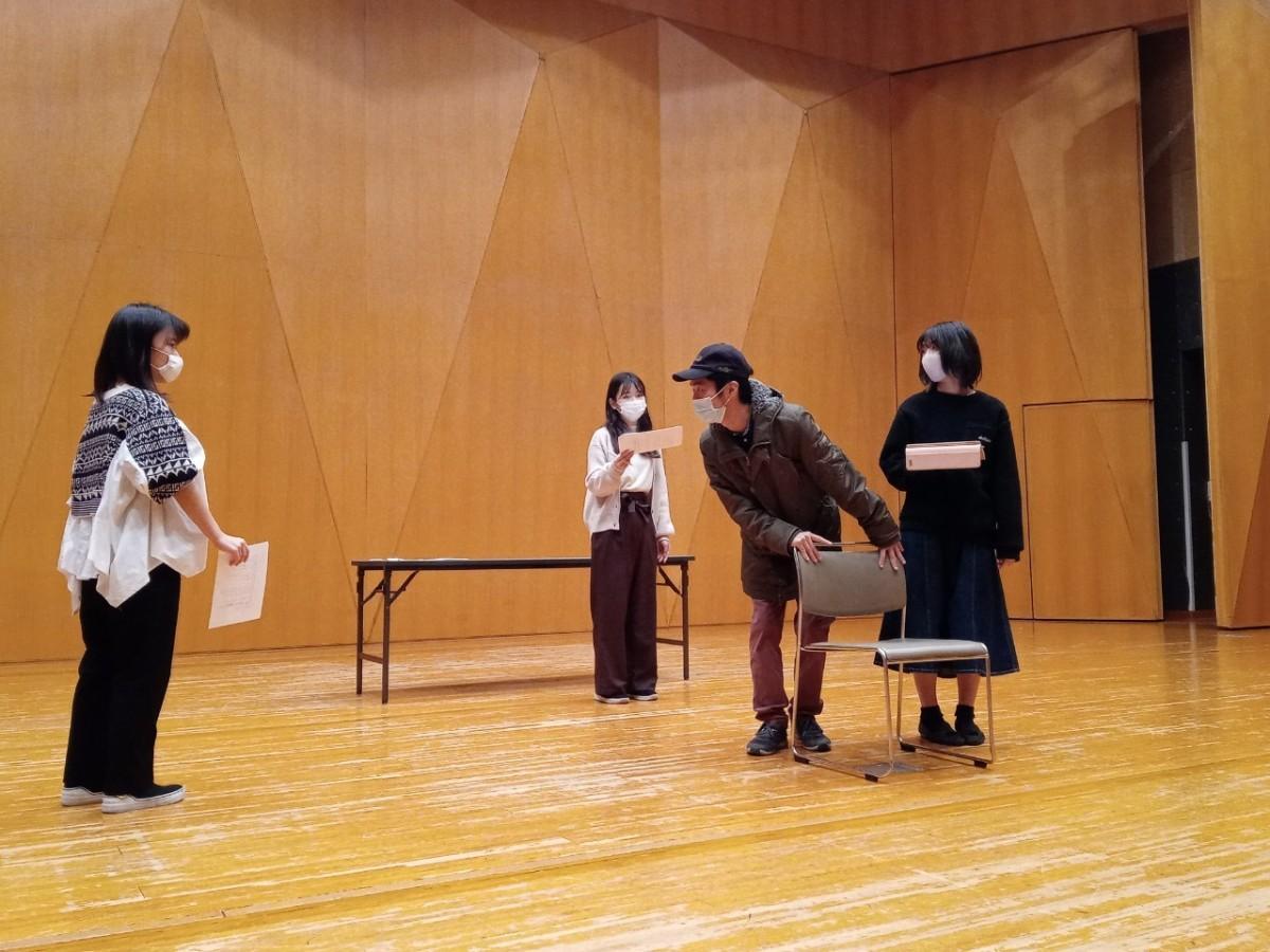 参加団体「芝居の最もアツイ場所」の練習風景。コロナ禍で活動の場が失われていた学生たちからの応募には「演劇をしたい」という熱い思いが込められていた。晴れ舞台に向け、現在最終稽古に励んでいる。