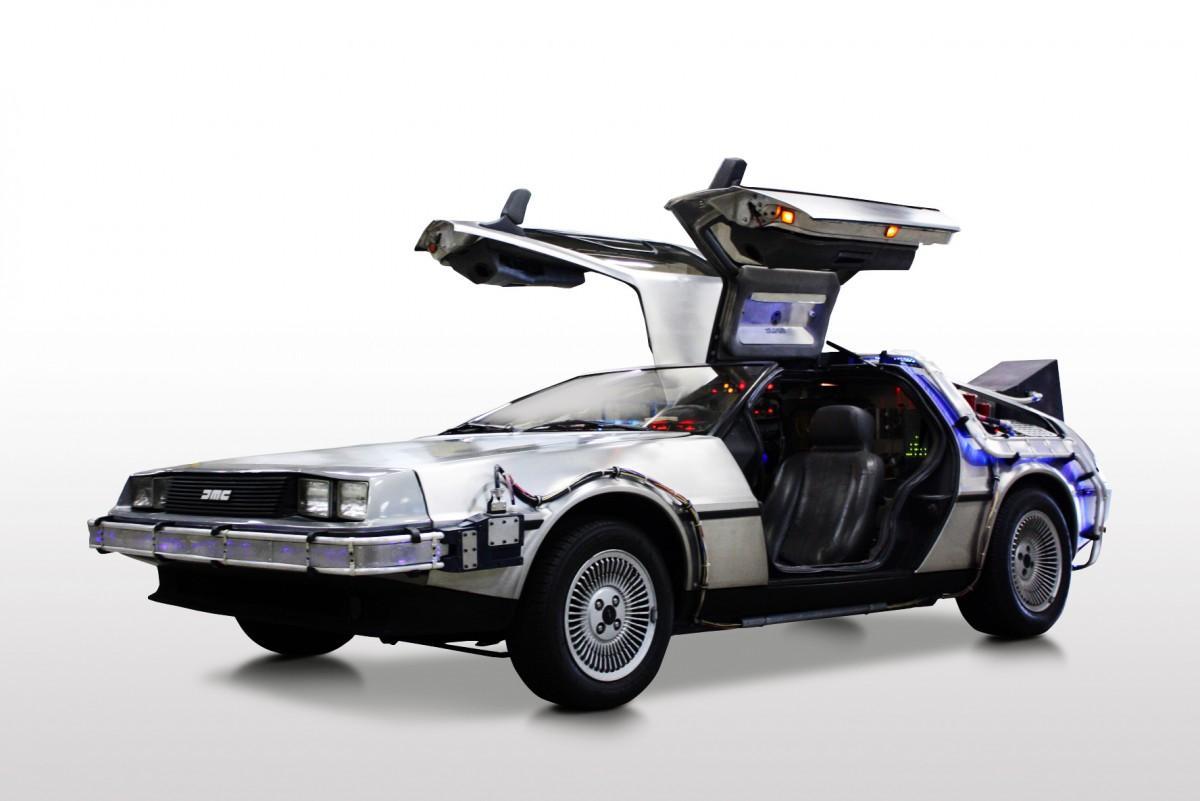 映画「バック・トゥ・ザ・フューチャー2」で、主人公が乗っていたタイムマシーン「デロリアン」はごみを燃料に走行したが、今回展示されているデロリアンは、2015年に不用衣類をリサイクルして生産されたバイオ燃料で実際に走行したことがある。レシート2,000円以上の提示で乗車して記念撮影が可能。
