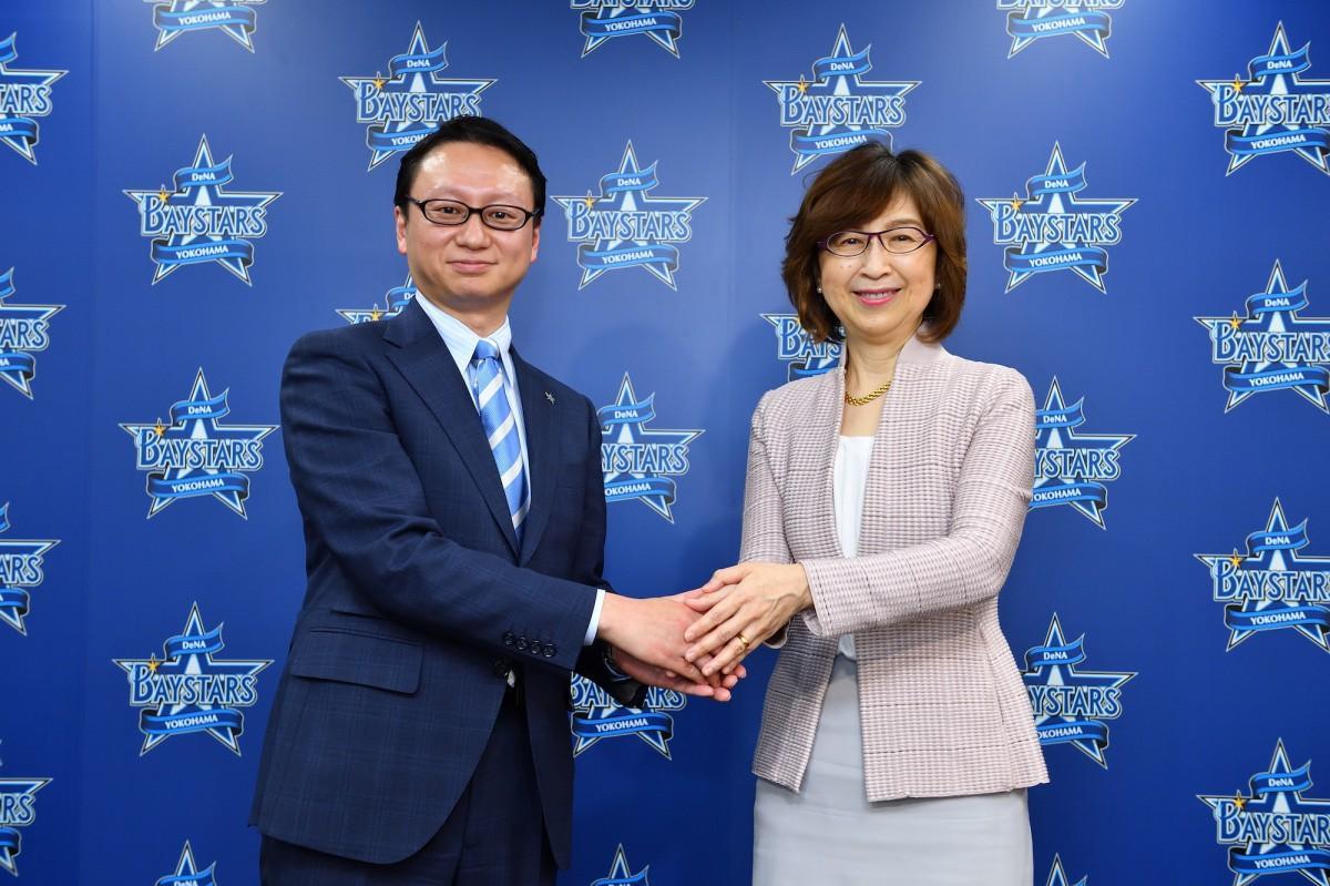 就任会見で握手する木村洋太新社長と南場智子オーナー ©YDB