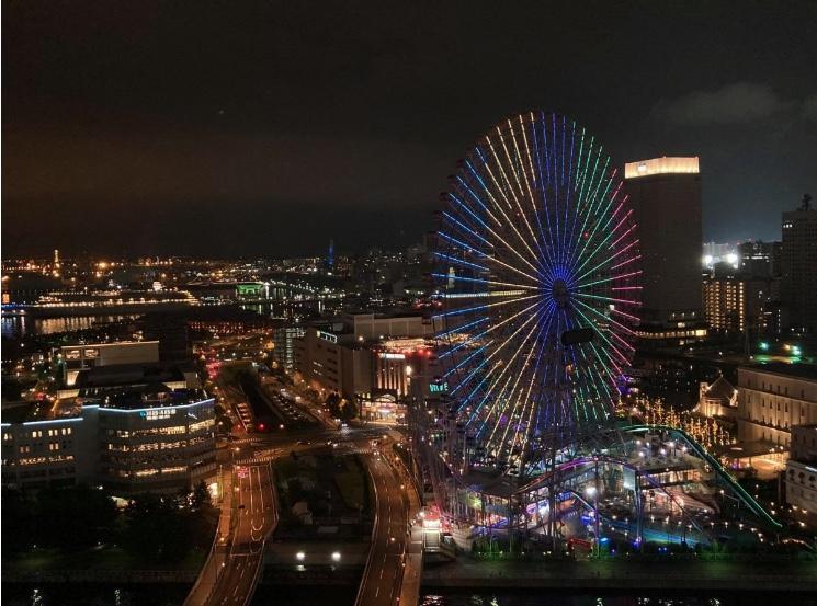 横浜ベイホテル東急から見たコスモクロック21。2020年7月23日に実施された東京オリンピック開催1年前ライトアップの様子(読者提供)。
