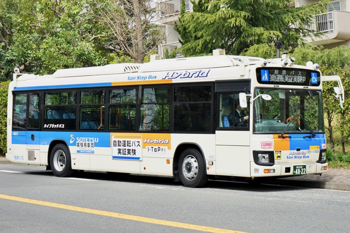 バスの前部には各種のセンサーが取り付けられている
