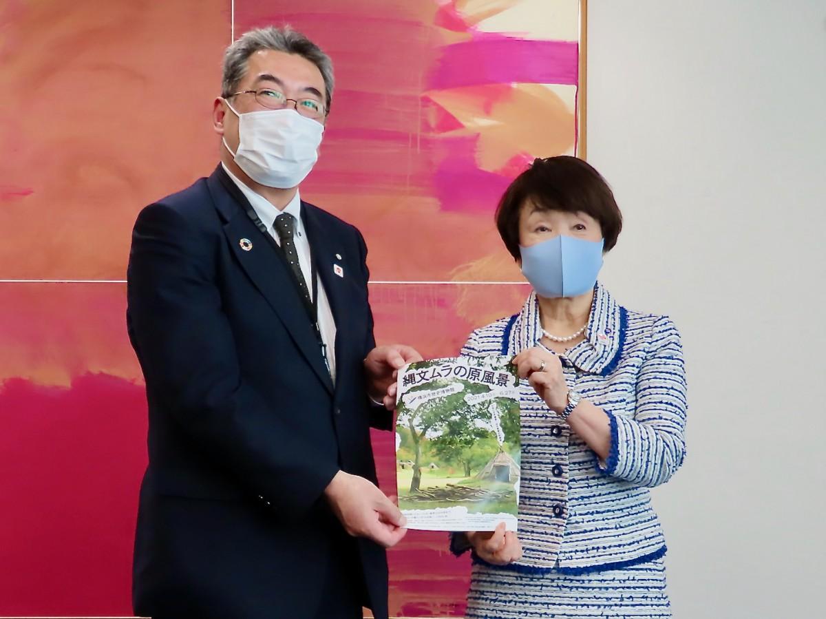 横浜市歴史博物館企画展のちらしを持つ田中辰也町長と林文子横浜市長