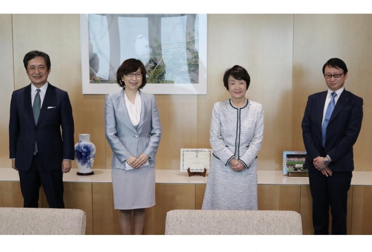 左から岡村信悟代表取締役社長兼CEO、南場智子代表取締役会長、林文子横浜市長、木村洋太執行役員スポーツ事業本部副本部長