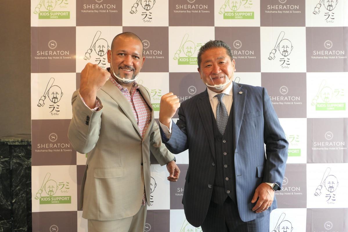 アレックス・ラミレスさん(左)と横浜ベイシェラトンホテル&タワーズ総支配人の石原哲也さん