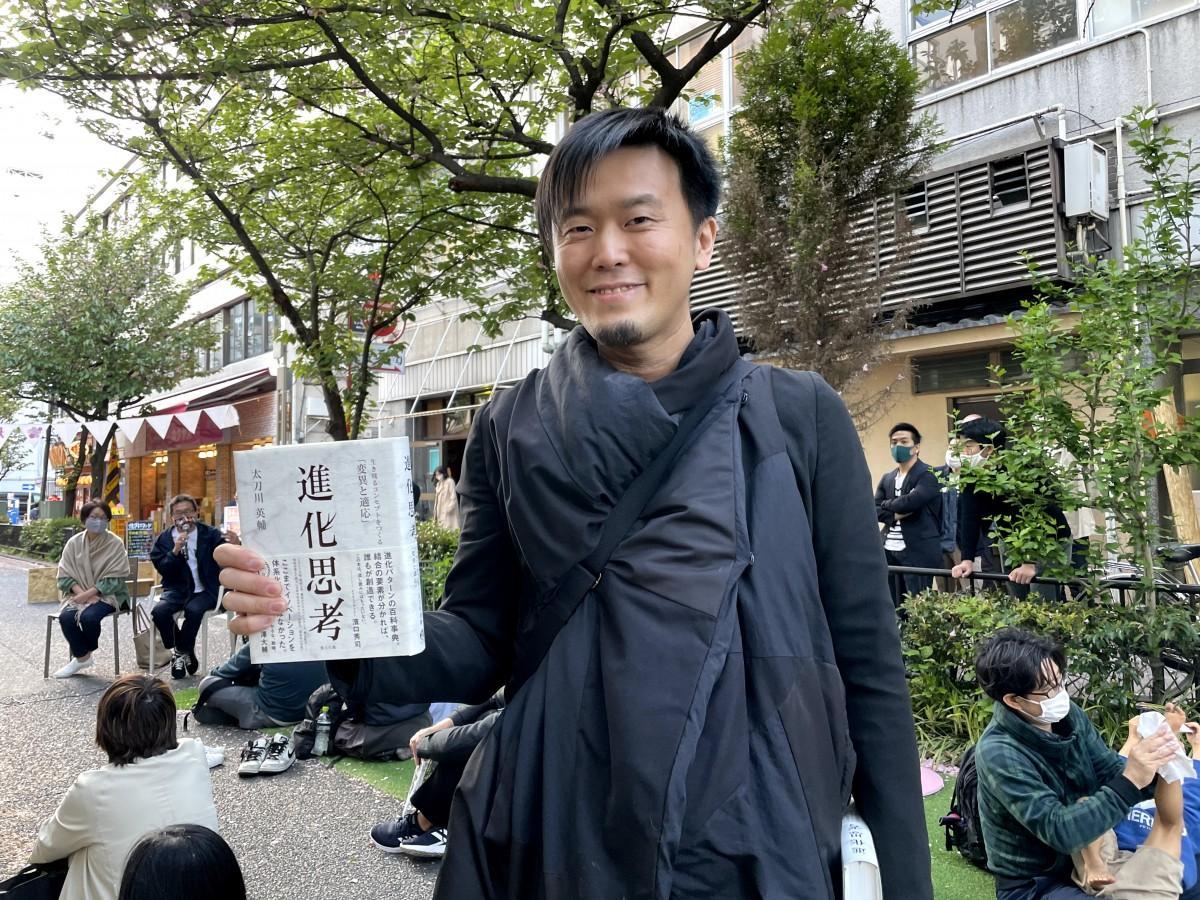 「関内フェスタ~さくらまつり~」で路上で「進化思考」について話した太刀川英輔さん(2021年4月18日、関内桜通り)