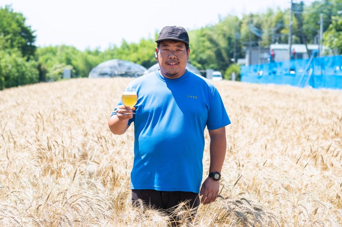 「横浜ウィート」を手にする、岩﨑農園(横浜市瀬谷区)の岩﨑良一さん