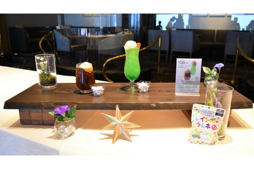 横浜ロイヤルパークホテルのスカイラウンジ「シリウス」とレインボーラムネミニのコラボメニュー。左から、ノンアルコールの「コーラフロート」「クリームソーダ」。