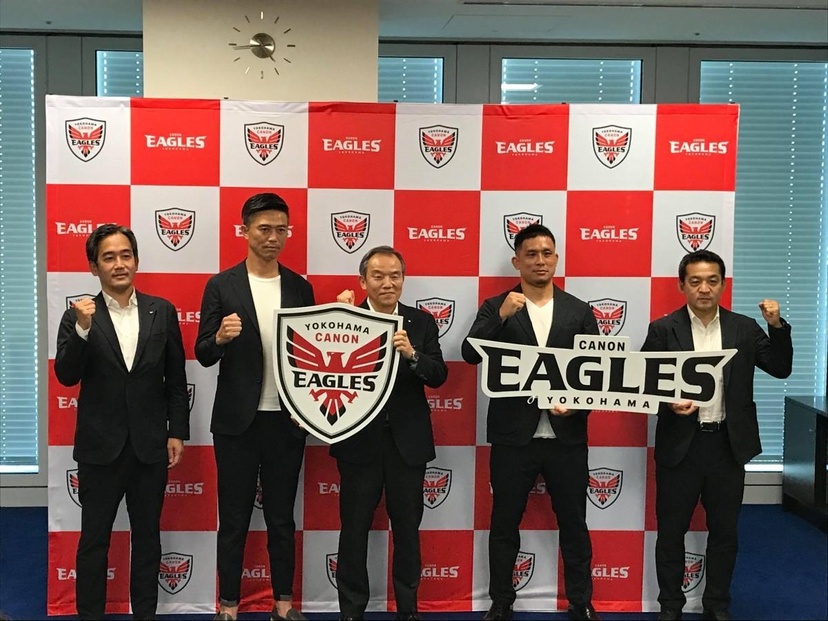 新チーム名・新エンブレムなどの報告のため7月16日に林琢己副市長(中央)を訪問した選手たち