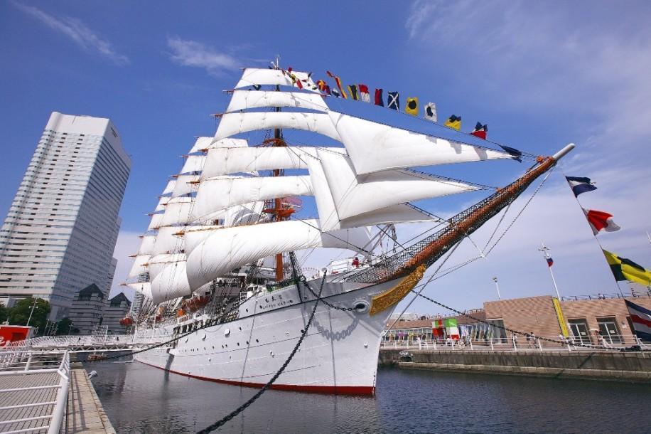 29枚全ての帆を広げる総帆展帆と満船飾の様子
