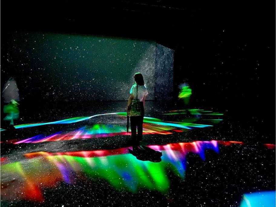 1000万個の星を投影。来場者の体にも星が映る